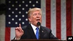 Perezida Donald Trump wa Reta zunze ubumwe z'Amerika ashikiriza ijambo Abanyamerika n'amakungu, mu ngoro y'inama nshingamateka y'Amerika, Ukwezi kwa mbere, itariki 30, 2018