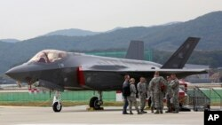 Un avión sigiloso F-35 estadounidense es mostrado durante una exhibición en el aeropuerto de Seúl el lunes 16 de octubre.