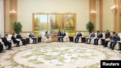 Chủ tịch Quốc hội Triều Tiên Kim Young Nam tiếp Bộ trưởng phụ trách các vấn đề nhân lực và văn hóa trong bức ảnh được Hãng thông tấn Trung ương Triều Tiên đưa ra hôm 31/7.