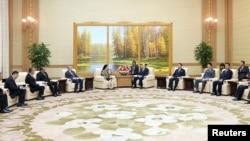 푸안 마하라니 인도네시아 인력개발문화조정장관이 김영남 최고 인민회의 상임위원장과 회담하는 모습을 조선 중앙 통신이 31일 공개했다.