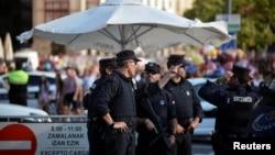 西班牙警察站在畢爾巴鄂城街道上樹立的路障旁。(2017年8月19日)
