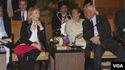 Menlu AS Hillary Clinton berbicara dengan Menlu Filipina Albert del Rosario di sela Sidang Konsultasi Asia Timur di Nusa Dua, Bali (22/7).