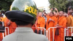 At least four monks and five other people were injured in repeated clashes between demonstrators and police in Phnom Penh Tuesday.