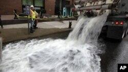 Ekipe ispumpavaju vodu iz podruma poslovne zgrade u nižem delu Menhetna, u Njujorku