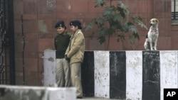 Lima polisi perempuan India berjaga di luar gedung pengadilan dimana lima terdakwa pelaku pemerkosaan menjalani persidangan di New Delhi, India (7/1).