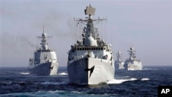 Trục hạm Vũ Hán của Trung Quốc dẫn đầu một đội tàu hải quân tham gia vào cuộc tập trận chung với Nga trong vùng biển Nhật Bản hồi năm 2013.
