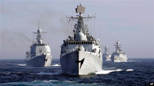 Tàu khu trục Vũ Hán và một đội tàu trong một cuộc diễn tập chung với Nga trong vùng Biển Nhật Bản, 3/7/2013.