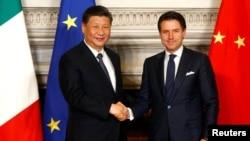 意大利總理孔特和中國國家主席習近平在羅馬簽署一帶一路貿易協議後握手。(2019年3月23日)