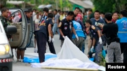 Para petugas menutupi jenazah korban penembakan di provinsi Pattani, Thailand selatan, (11/9). Tiga orang tentara dilaporkan tewas ditembak kelompok bersenjata di daerah Yarang, provinsi Yala, Thailand, Kamis pagi (12/9).