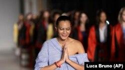 La stilista Stella Jean al termine della sfilata della sua collezione di moda femminile presentata a Milano, in Italia, domenica 24 settembre 2017.  (AP Photo / Luca Bruno)