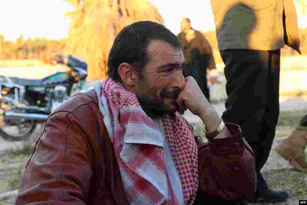 បុរសជនជាតិស៊ីរីម្នាក់ ដែលត្រូវបានជម្លៀសចេញពីតំបន់កាន់កាប់ដោយក្រុមឧទ្ទាមក្នុងក្រុង Aleppo យំសោកនៅពេលមកដល់តំបន់ Khan al-Assal គ្រប់គ្រងដោយក្រុមប្រឆាំង ភាគខាងលិចក្រុងនេះ។