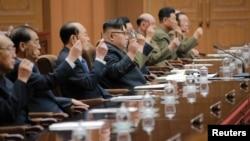 북한 김정은 노동당 위원장(가운데)이 지난달 29일 평양에서 열린 최고인민회의 제13기 제4차 회의에서 조선민주주의인민공화국 국무위원회 위원장으로 추대됐다고, 관영 조선중앙통신이 보도했다. (자료사진)