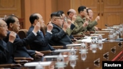 북한 김정은 노동당 위원장(가운데)이 29일 평양에서 열린 최고인민회의 제13기 제4차 회의에서 조선민주주의인민공화국 국무위원회 위원장으로 추대됐다고, 관영 조선중앙통신이 보도했다.