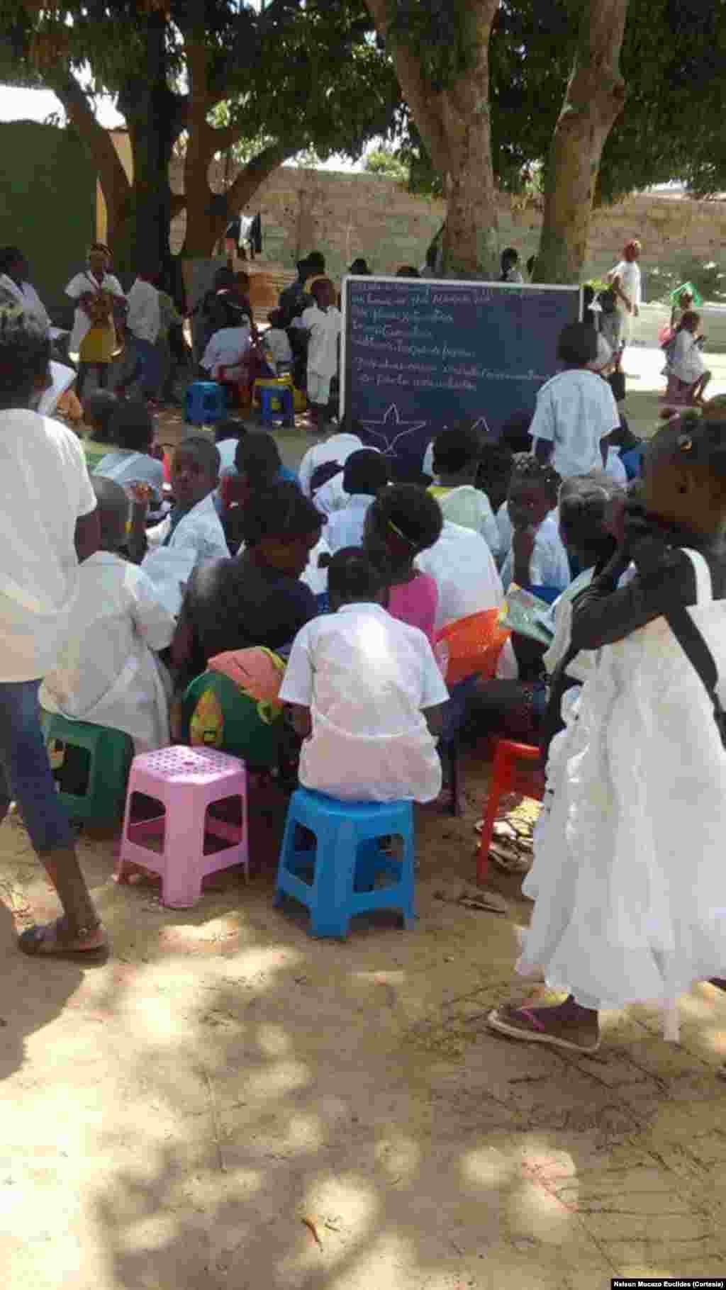 Em Luena, crianças estão sem salas de aulas. As professoras aproveitam as sombras das mangueiras para leccionarem.