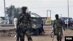 Tentara Nigeria berjaga-jaga di luar tempat pemungutan suara di propinsi Kaduna (28/4).