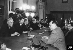 1957年11月在莫斯科,毛泽东主席、邓小平和苏联部长会议主席布尔加宁会谈。