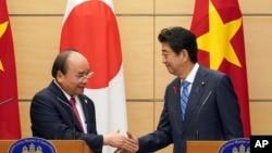 Ông Phúc bắt tay thủ tướng Nhật, Shinzo Abe, tại văn phòng ông Abe tại Tokyo, 8 tháng 10, 2018.