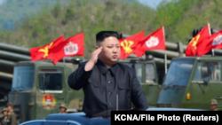 El líder de Corea del Norte, Kim Jong Un, inspecciona los lanzadores de artillería antes de un simulacro militar que marca el 85 ° aniversario del establecimiento del Ejército Popular de Corea (APC) el 25 de abril de 2017. KCNA / File Photo a través de RE