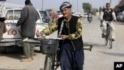 Hommes à vélo à Kirkuk en Irak, le 2 mai 2009.