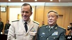 천빙더 중국 총참모장과 악수를 나누는 멀린 미 합참의장 (좌)