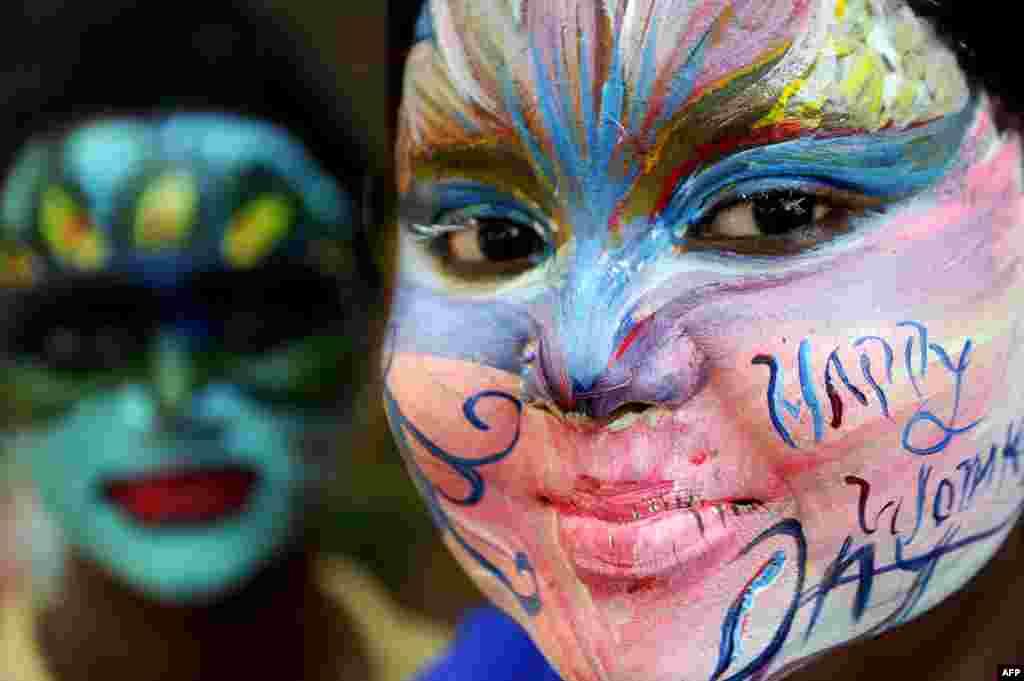 بھارت کے شہر چنائی میں کالج کی طلبہ نے اپنے چہرے کو رنگا ہوا ہے۔