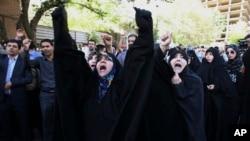 Iranski demonstranti protestuju u Teheranu zbog toga što je prošle godine u stampedu na Hadžiluku stradalo 400 Iranaca.