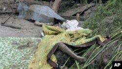 The bodies of victims of the landslides lie on the ground in Teresopolis, 13 Jan 2011