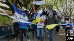 Los estudiantes participan en una manifestación convocada por la Universidad Centroamericana (UCA) de Nicaragua para marcar 11 meses desde el inicio de las protestas contra el gobierno y exigir la liberación de los opositores del presidente Daniel Ortega. Foto de archivo.