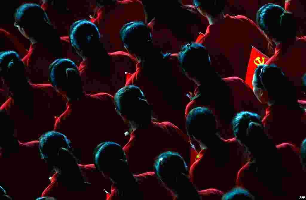 30 tháng 6: Một màn biểu diễn văn nghệ nhân kỷ niệm 90 thành lập đảng Cộng sản Trung Quốc (Reuters/Carlos Barria)