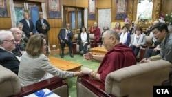以美国众议院少数党领袖佩洛西为首的美国国会代表团在访问印度期间前往流亡藏人行政中央所在地达兰萨拉,拜访了81岁的藏传佛教领袖达赖喇嘛。(2017年5月9日)