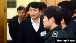 3일 한국 수원지방법원에서 열린 통합진보당 이석기 의원 등의 '내란음모' 사건 결심공판에서 이석기 의원을 비롯한 피고인들이 법정으로 들어서고 있다.