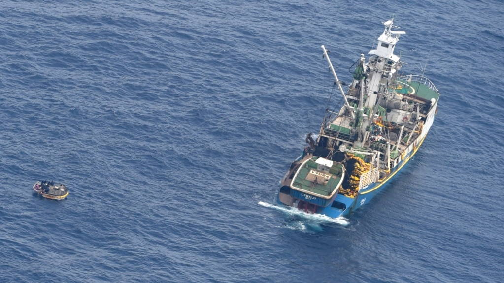 Meli iliyokuwa na manusura (L) na meli ya uokozi katika bahari ya Pacific. Januari. 28, 2018.