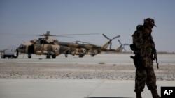 지난 8월 아프가니스탄 칸다하르 공군 기지에 나토 군 모습이 보인다. (자료사진)