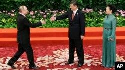 Президент России Владимир Путин и председатель КНР Си Цзиньпин с супругой (архивное фото)