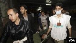 Seorang demonstran anti-pemerintah yang cedera dibawa ke klinik dekat Universitas Sana'a, Rabu (9/3).