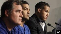 Yunel Escobar, a la derecha, en la conferencia de prensa junto al mánager John Farrel, a la izquierda, en donde se anunció su suspensión.