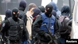 比利时警方在布鲁塞尔郊外的莫论贝克追缴怖袭击主使人阿巴乌的行动。