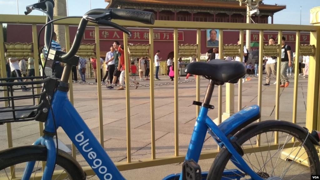 """六四28周年前夕,北京天安门前的""""小蓝共享单车""""。(美国之音叶兵拍摄)"""