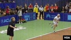 Elton John y Martina Navratilova en la línea de fondo del court durante su encuentro ante Steffi Graff y Andre Agassi.