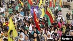Suriya kurdlari Turkiyada faoliyati taqiqlangan Kurdiston ishchilar partiyasini himoya qilib namoyish o'tkazmoqda, Hasaka shahri, Suriya, 1-noyabr, 2012-yil.