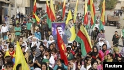 Abdullah Öcalan'ın posteri ile PKK lehinde gösteri yapan Suriyeli Kürtler