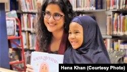 Penulis Hena Khan dan seorang pembaca dalam sebuah acara di Perpustakaan Umum Takoma, Maryland, 28 Februari 2019. (Foto: Hena Khan)