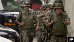El gobierno de México sostiene que la inseguridad no está afectando a la economía y la oposición pide revisar estrategia.