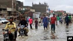 کراچی میں بارش کے بعد سڑکوں پر پانی جمع ہونے سے شہریوں کو شدید مشکلات کا سامنا رہتا ہے۔ (فائل فوٹو)