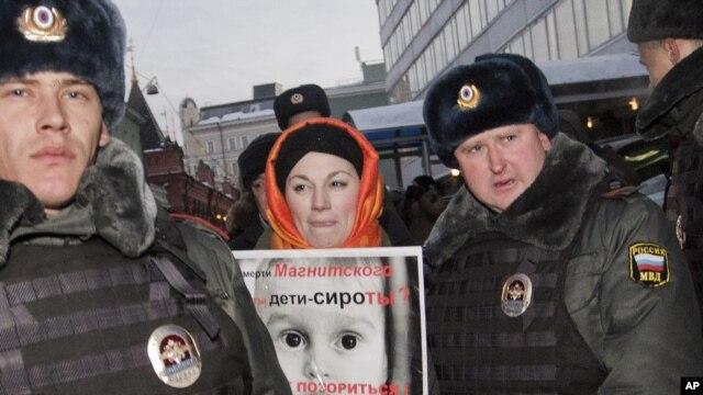 Cảnh sát bắt giữ một người biểu tình phản đối quyết định của Quốc hội Nga cấm người Mỹ nhận con nuôi, Moscow, Nga, 19/12/2012.  (AP Photo/Novaya Gazeta, Yevgeny Feldman)
