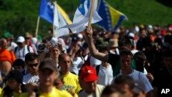 보스니아 사라예보에서 종전 기념 행진에 참가한 주민들. (자료사진)