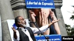 """El comediante Carlos """"El Minche"""" Michelena habla a los periodistas durante una manifestación por la libertad de prensa en Quito, Ecuador."""