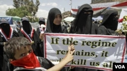 Para perempuan Yaman ikut melakukan protes menuntut mundurnya Presiden Ali Abdullah Saleh di Universitas Sanaa (19/4).