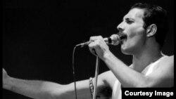 'I Was Born to Love You (당신을 사랑하기 위해서 태어났어요)'를 부른 퀸의 멤버 프레디 머큐리.