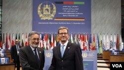 Menlu Afghanistan Salmai Rassul (kiri) dan Menlu Jerman Guido Westerwelle meninjau gedung yang akan menjadi tempat berlangsungnya konferensi di Bonn, Jerman (3/12).